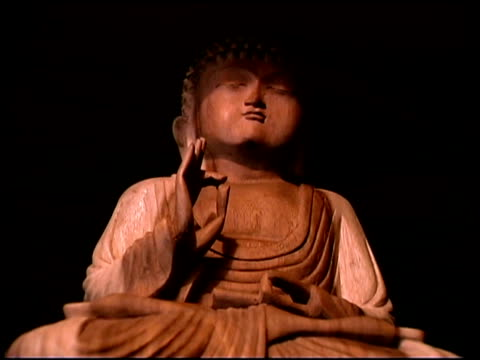 vidéos et rushes de low angle close-up of a buddhist statue made of carved wood. - représentation féminine