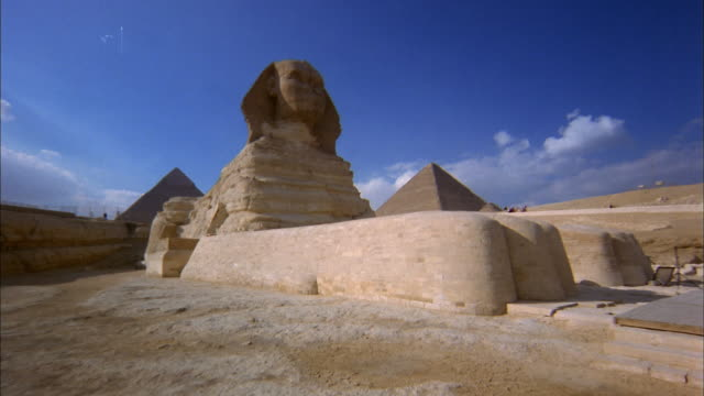 vídeos de stock, filmes e b-roll de low angle dolly shot down paw of great sphinx of giza / egypt - pata com garras