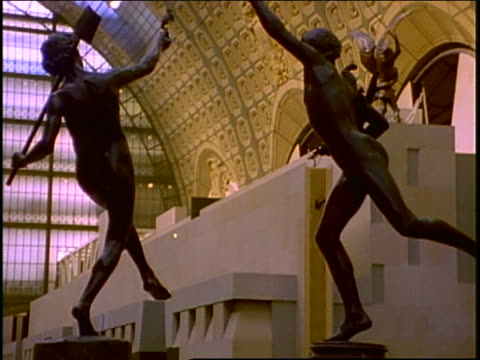 vídeos de stock, filmes e b-roll de low angle dolly shot past statues in main hall of musee d'orsay / paris - figura masculina