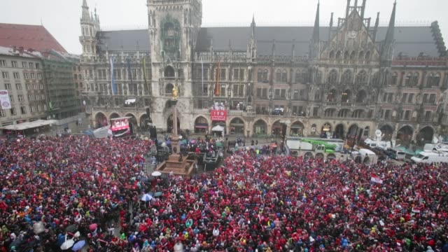 vidéos et rushes de low angle extreme long shot bayern muenchen celebrate winning bundesliga champions league and dfb cup on the town hall balcony at marienplatz on june... - gagner