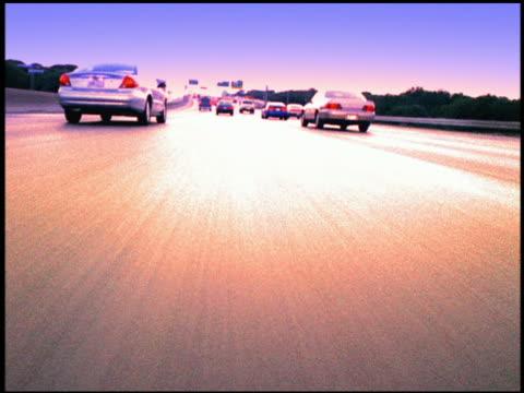 vidéos et rushes de low angle fast motion car point of view driving on freeway - procédé croisé
