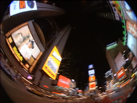 vídeos y material grabado en eventos de stock de low angle fisheye pan times square at night / new york city - 1998