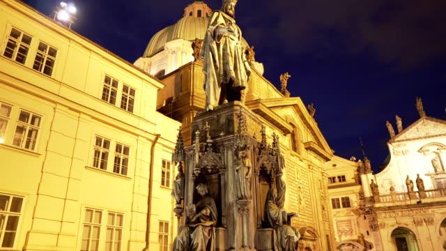 ローアングルハンドヘルドビュー: プラハの王チャールズ4世の記念碑