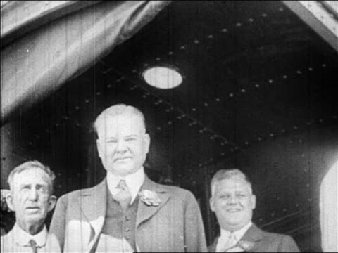 vidéos et rushes de b/w 1928 low angle herbert hoover on train caboose during campaign / newsreel - 1928