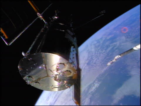 low angle hubble space telescope in outer space / earth in background / sts-82 - sternenteleskop stock-videos und b-roll-filmmaterial