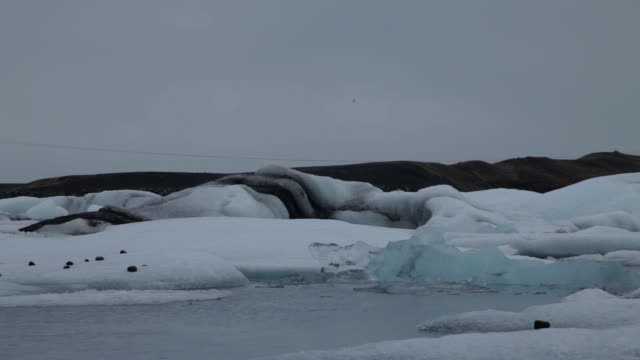 low angle cu of ice on jokulsarlon in iceland - jokulsarlon stock-videos und b-roll-filmmaterial