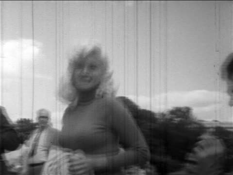 """low angle jayne mansfield in promotional tour for """"will success spoil rock hunter?"""" / d.c. - 1957 stock-videos und b-roll-filmmaterial"""