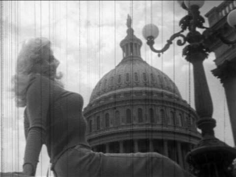 vídeos y material grabado en eventos de stock de b/w 1957 low angle jayne mansfield posing in front of capitol building during promotional tour / dc - 1957
