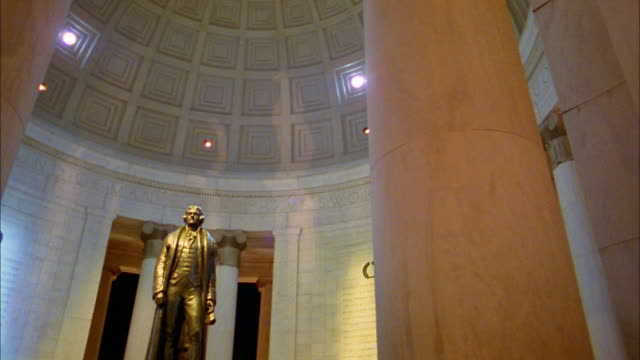 vidéos et rushes de low angle jefferson statue in jefferson memorial / washington dc - jefferson memorial