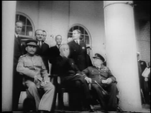 vídeos de stock, filmes e b-roll de b/w 1943 low angle joseph stalin franklin d roosevelt winston churchill sitting / teheran conference - 1943