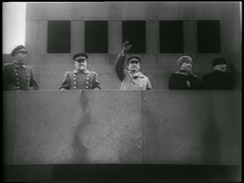 vidéos et rushes de b/w 1952 low angle joseph stalin others in uniform waving from balcony outdoors / newsreel - 1952