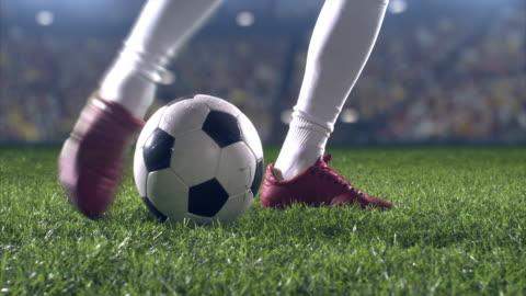 vídeos y material grabado en eventos de stock de vista de ángulo bajo patada de jugador de fútbol - portería artículos deportivos