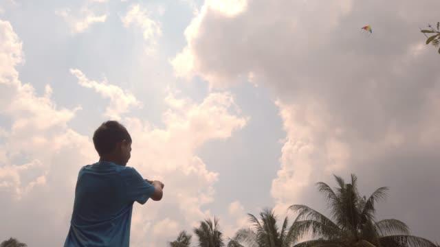 vídeos y material grabado en eventos de stock de niños de ángulo bajo jugando cometa desde abajo - malaysian culture