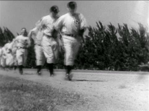vídeos y material grabado en eventos de stock de b/w 1938 low angle line of professional baseball players walking quickly on baseline / ny yankees - uniforme de béisbol
