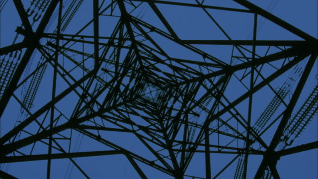 vídeos y material grabado en eventos de stock de low angle long shot view up electrical tower  / england - torre estructura de edificio