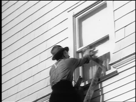 vídeos de stock, filmes e b-roll de b/w 1943/44 low angle man in hat on ladder washing window of house / springfield, nj / newsreel - só um homem idoso