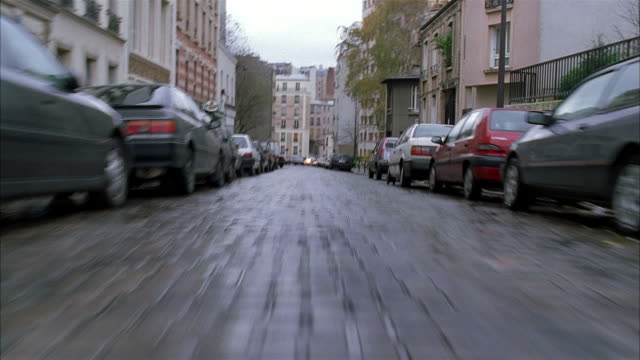 stockvideo's en b-roll-footage met low angle medium shot car point of view racing along cobblestone streets / turning down alleyway / paris - kassei