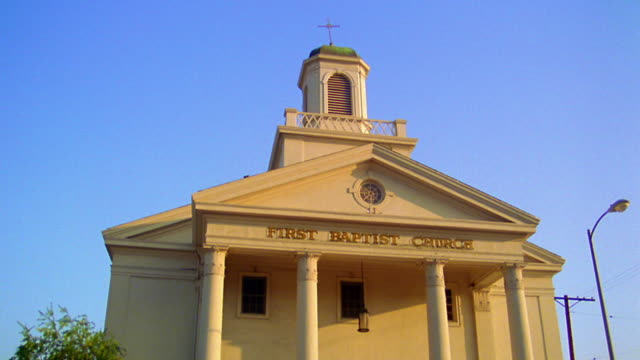"low angle medium shot church with ""first baptist church"" written on facade - バプテスト点の映像素材/bロール"