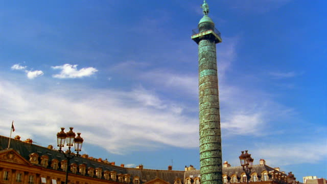 stockvideo's en b-roll-footage met low angle medium shot colonne de la place vendome with buildings in background / paris - colonne vendome