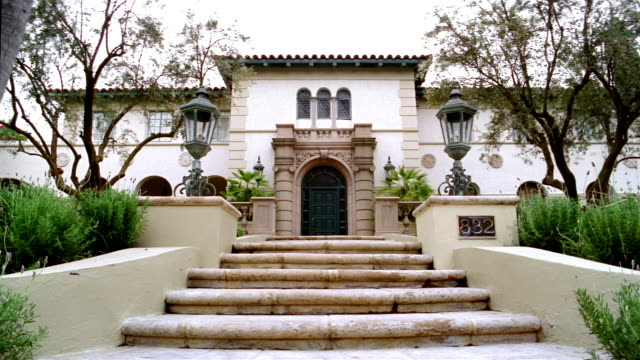 stockvideo's en b-roll-footage met low angle medium shot exterior of large spanish-style mansion / beverly hills, california - landhuis