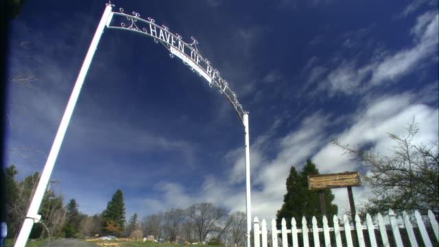 stockvideo's en b-roll-footage met low angle medium shot through gateway to haven of rest pioneer cemetery, julian, california - tuinhek