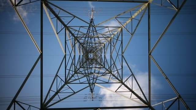 vidéos et rushes de low angle mid shot electricity pylon a general view of the wylfa nuclear power station on october 23 2013 in tregele anglesey united kingdom the... - poteau électrique