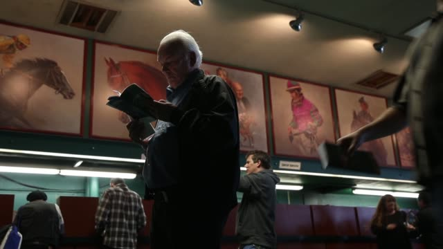 low angle mid shot people placing bets at the final racing day at betfair hollywood park the historic betfair hollywood park racetrack is shutting... - schlußtag stock-videos und b-roll-filmmaterial