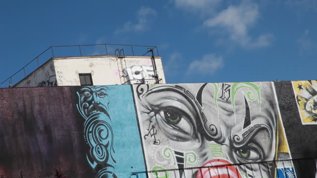 low angle of a graffiti covered building in los angeles - los angeles county stock-videos und b-roll-filmmaterial
