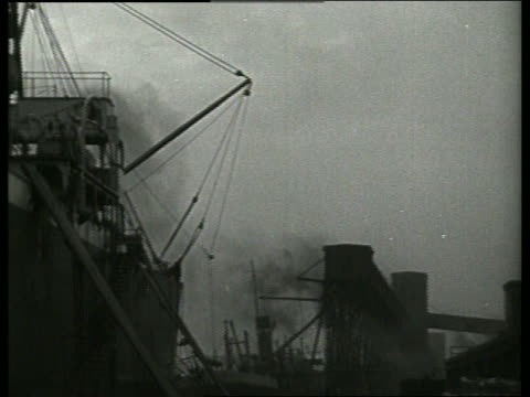 b/w low angle of cable pulling cotton bales onto ship at dock / 1910 / new orleans / no sound - 1910 stock-videos und b-roll-filmmaterial