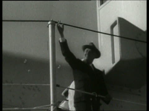 vídeos y material grabado en eventos de stock de low angle of franklin roosevelt waving on ship / no sound - only mature men