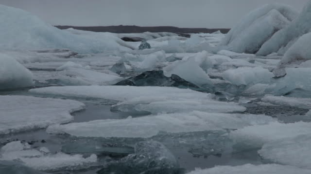 cu low angle of glaciers on jokulsarlon in iceland - jokulsarlon stock-videos und b-roll-filmmaterial