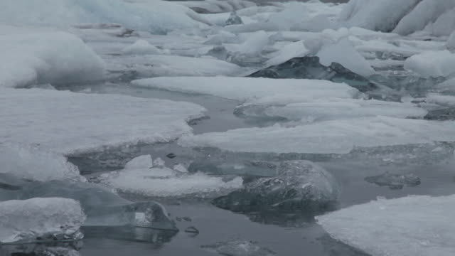 cu low angle of ice on jokulsarlon in iceland - jokulsarlon stock-videos und b-roll-filmmaterial