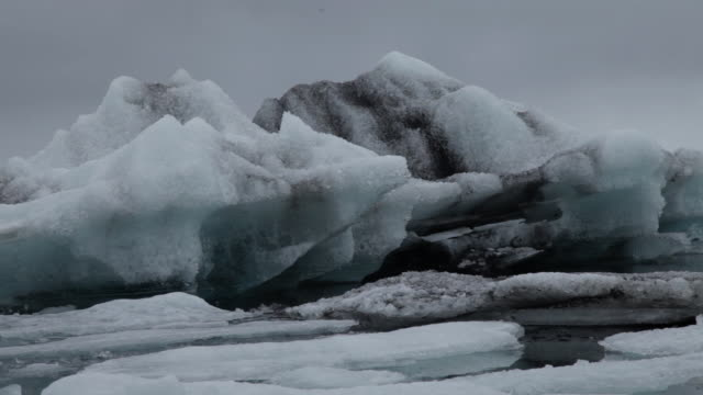 cu low angle of ice passing on jokulsarlon, iceland - jokulsarlon stock-videos und b-roll-filmmaterial