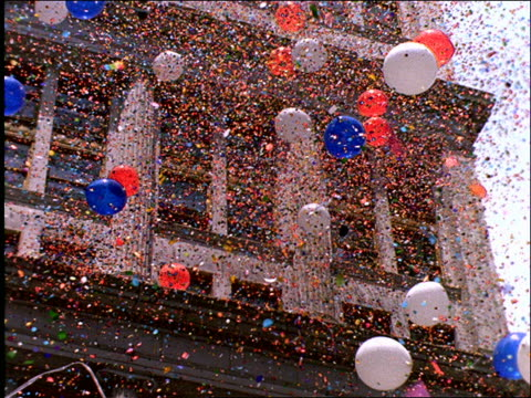 vídeos de stock e filmes b-roll de low angle of ticker tape, confetti and balloons flying in air / operation welcome home / nyc - patriotismo