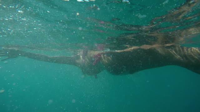 Niedrigen Winkel Frau schwimmt auf Wasser