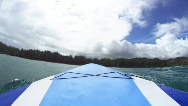 vidéos et rushes de low angle on the nose of a paddle board looking out away from boarder - turtle bay oahu