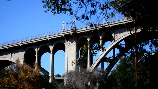 stockvideo's en b-roll-footage met low angle panning back and forth on the pasadena colorado street bridge - zelfmoord