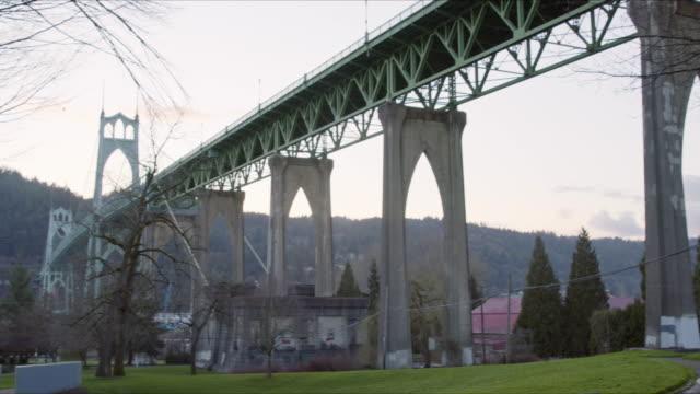 vídeos y material grabado en eventos de stock de low angle panning shot of the st. johns bridge in portland oregon - desgastado por el tiempo