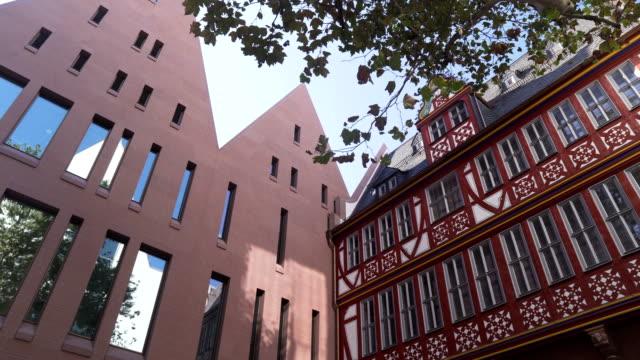 niedrigen winkel schwenken der ansicht: fachwerkhaus unter modernes haus auf straße in der frankfurter city - gebäudefront stock-videos und b-roll-filmmaterial