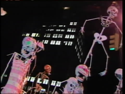 vídeos y material grabado en eventos de stock de low angle panning-left and right of people walking in rows with puppeteer skeletons dressed in ghoulish outfits on giant rods at the greenwich... - concurso television