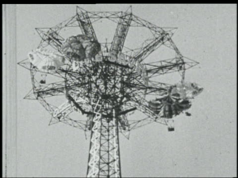 b/w 1939 low angle parachute ride at ny world's fair - esposizione universale di new york video stock e b–roll