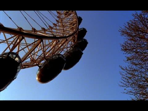 vídeos de stock e filmes b-roll de t/l - mcu low angle, pods of london eye against blue sky, london, england - trabalho de metal