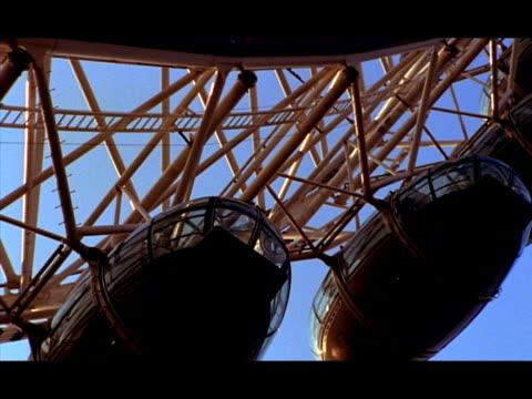 vídeos de stock e filmes b-roll de cu low angle, pods of london eye moving slowly, london, england - trabalho de metal