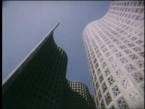 vídeos y material grabado en eventos de stock de 1964 low angle point of view curved buildings at ny world's fair - feria mundial de nueva york