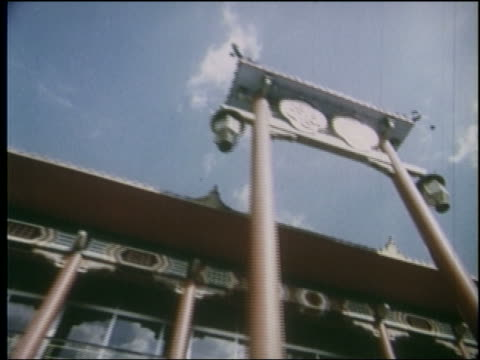 vidéos et rushes de 1964 low angle point of view exterior of china pavilion with arch at ny world's fair - exposition universelle de new york