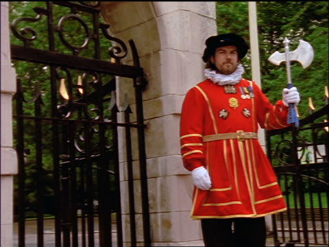 low angle portrait dolly shot around beefeater standing in front of gate / london - honour guard stock videos & royalty-free footage