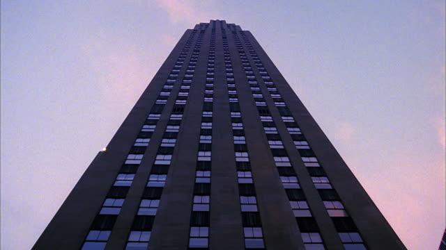 low angle rockefeller center building / nyc - ロックフェラーセンター点の映像素材/bロール
