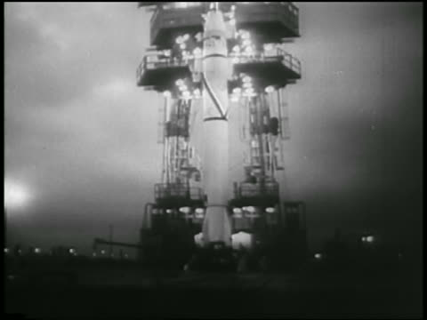 vídeos de stock e filmes b-roll de b/w 1958 low angle rocket carrying first us satellite explorer on launch pad / cape canaveral fl - 1958