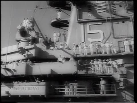 vidéos et rushes de b/w 1961 low angle sailors in uniform standing at railings on aircraft carrier during mercury 4 rescue - marinière