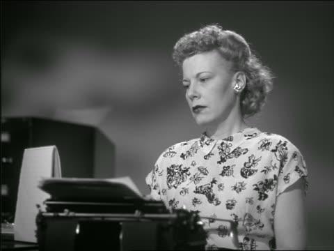 vídeos de stock e filmes b-roll de b/w 1948 low angle secretary in office typing on typewriter - trabalhadora de colarinho branco